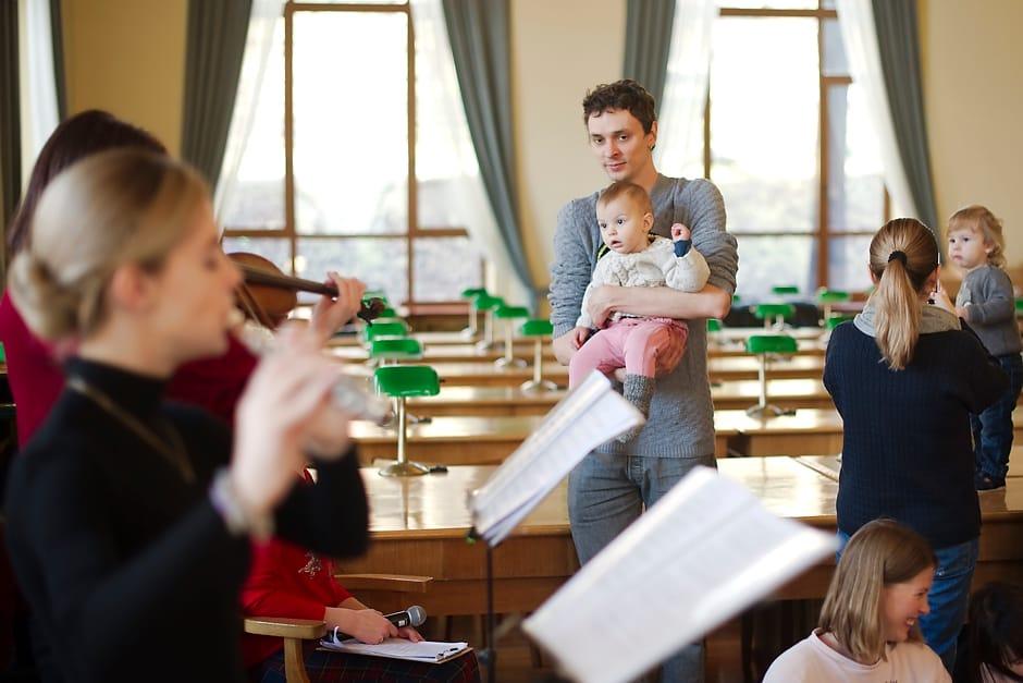 Різдвяний концерт Baby Mozart: татусі з малятами